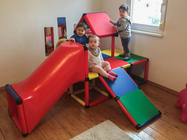 Kinder spielen mit Rutsche in Keltern bei Tagesmutter Mamacita